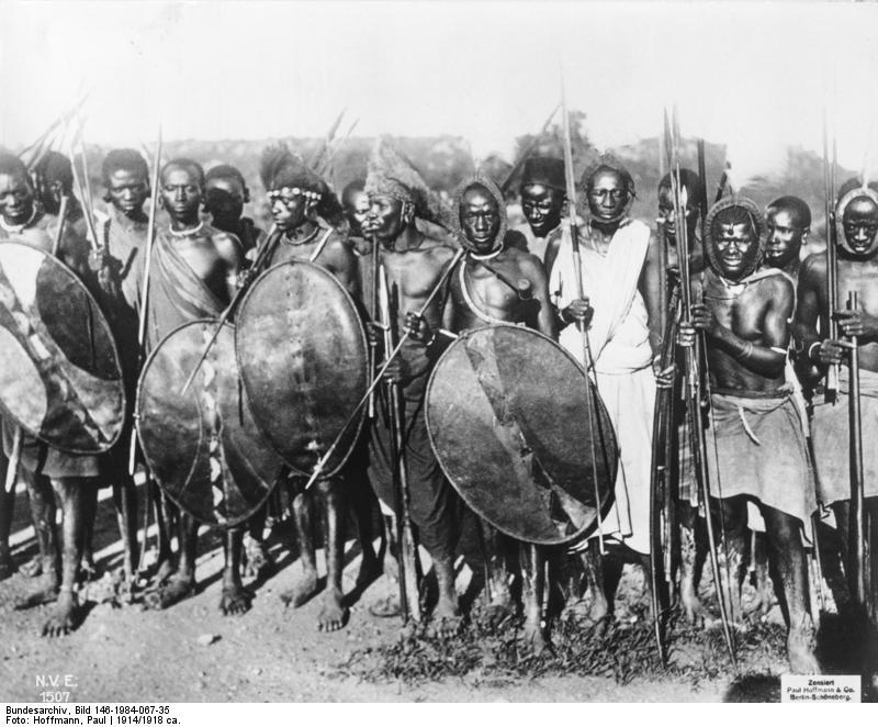 Lidé kmene Hehe na dobové fotografii