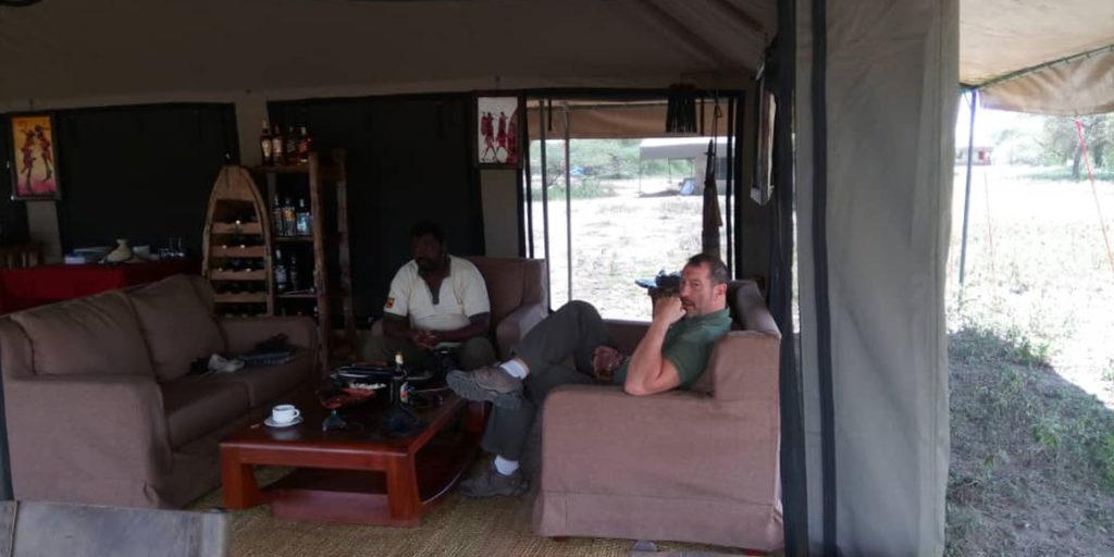 Společenská chatka v Tanzania Bush Camp