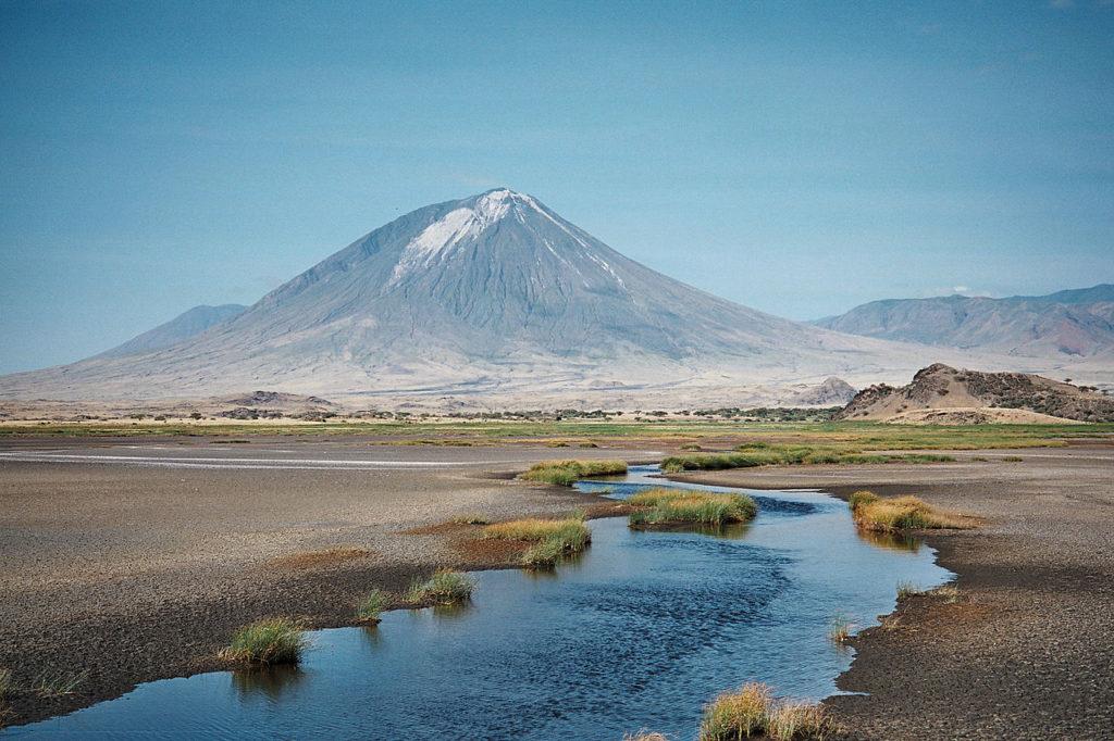 Pohled na vulkán Ol Doinyo Lengai od jezera Natron