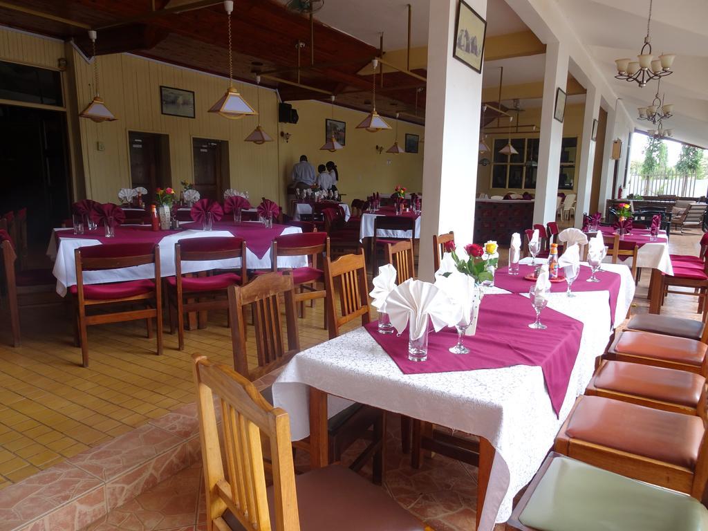 Venkovní i vnitřní restaurace