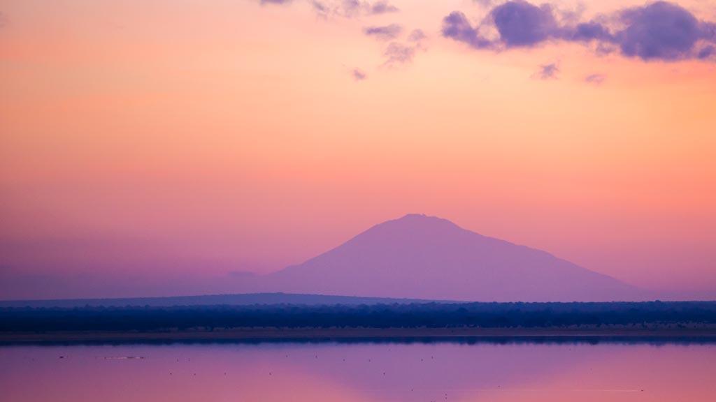 Západ slunce nad Mt. Meru při pohledu z Burunge Tented Lodge