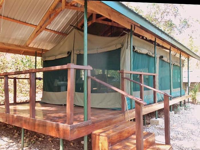 Stanové chatky na dřevěných plošinách