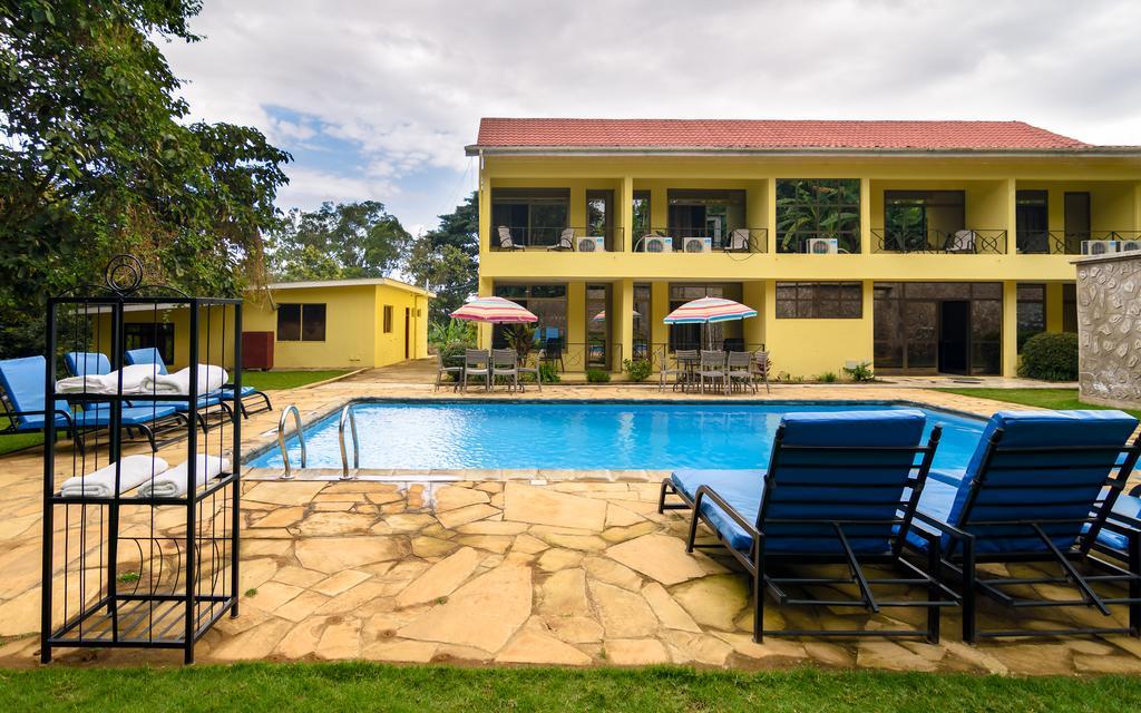 Po a nebo před safari můžete relaxovat u bazénu