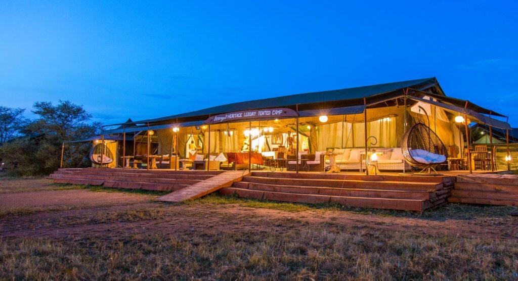 Společenská chatka v Serengeti Heritage Luxury Tented Camp